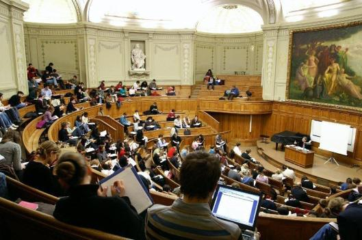 Im Laufe des Romans wird die renommierte Sorbonne zur islamischen Universität erklärt